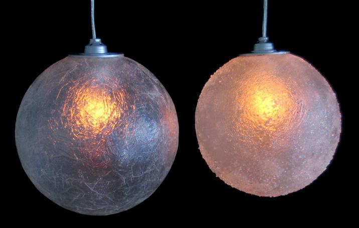 Kleine maan lampen, hanglampen, links een transparante, rechts een met glaskorrels.