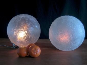 Liggende maanlampen, transparant (links) en met glaskorrels (rechts)